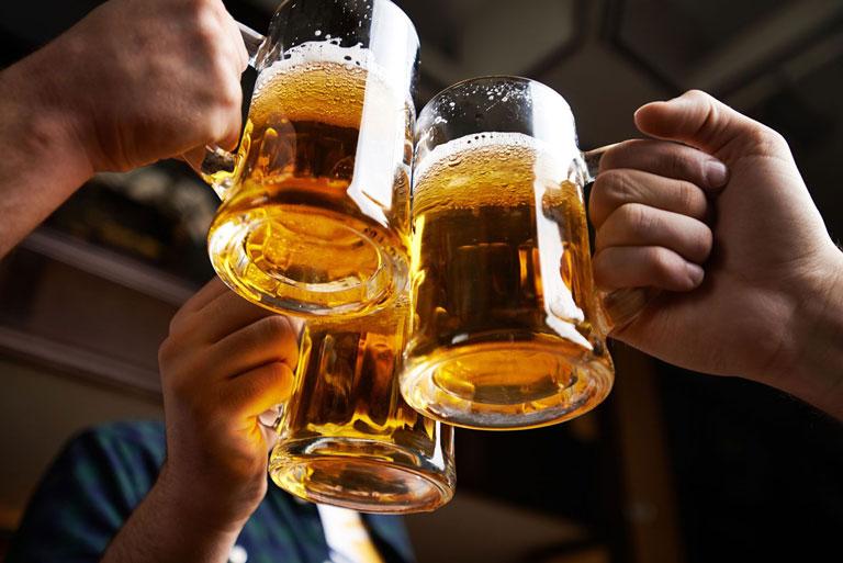 Rượu bia không chỉ có hại đối với sức khỏe mà còn khiến tình trạng mụn nặng hơn