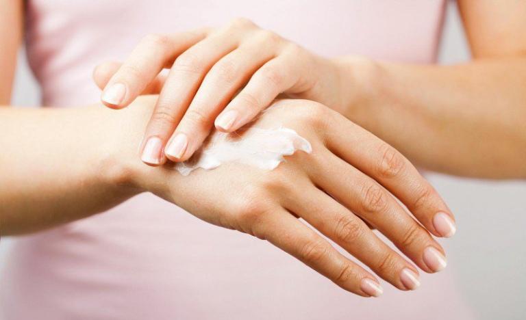 Bôi kem cấp ẩm thường xuyên cho da tay