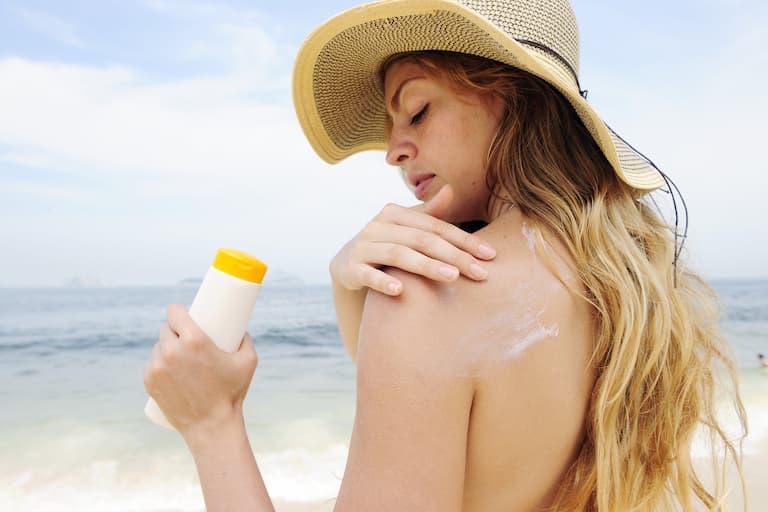 Bôi kem chống nắng cho da vào mùa hè