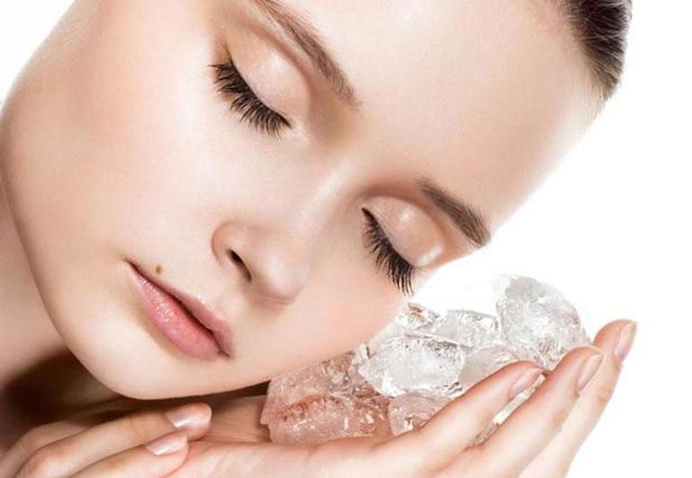 Sử dụng đá lạnh để giảm sưng tấy do mụn