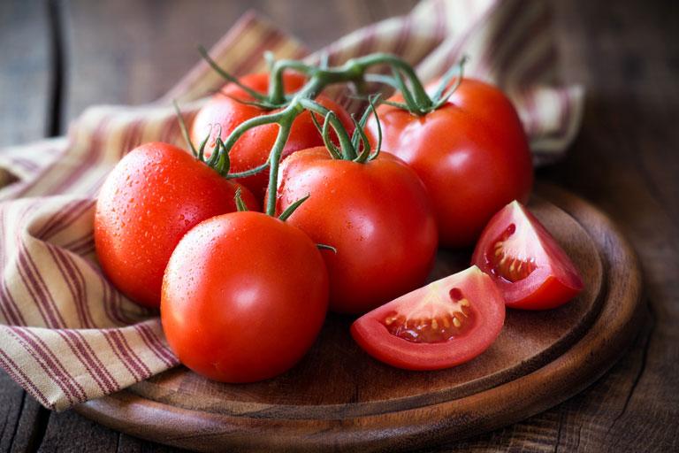 Cà chua có công dụng trị mụn lưng hiệu quả