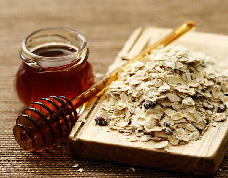 Yến mạch và mật ong vừa trị mụn lưng, vừa dưỡng da