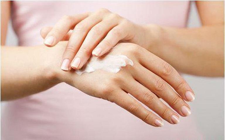 Chăm sóc da tay thường xuyên cũng là cách để hỗ trợ quá trình điều trị bệnh rất hiệu quả