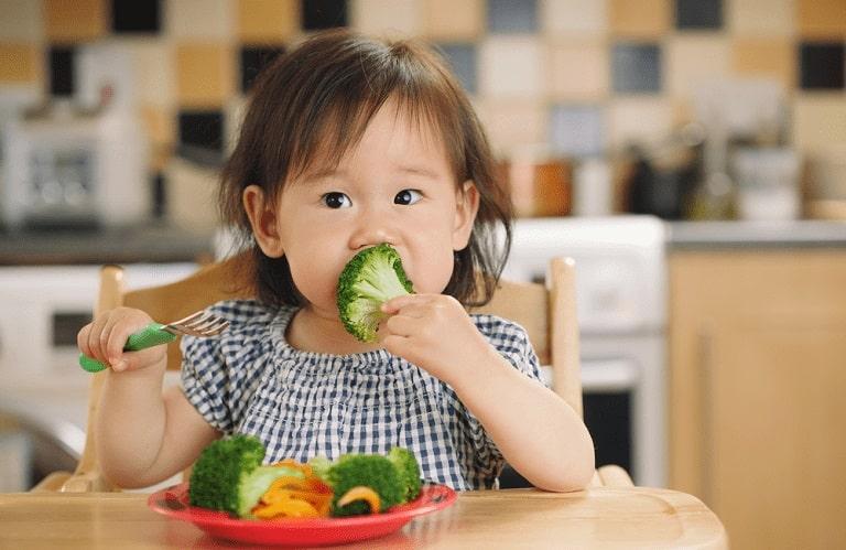 Cho trẻ ăn nhiều rau xanh sẽ giúp bệnh mau khỏi