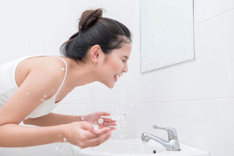 Không nên rửa mặt sau khi nặn mụn