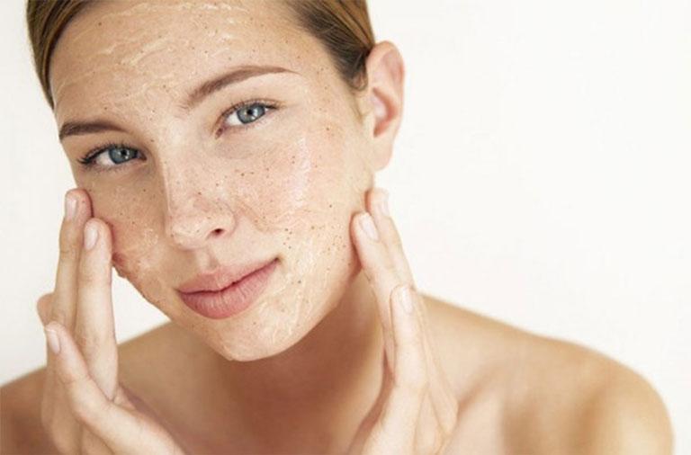 Tẩy da chết thường xuyên giúp da mịn màng