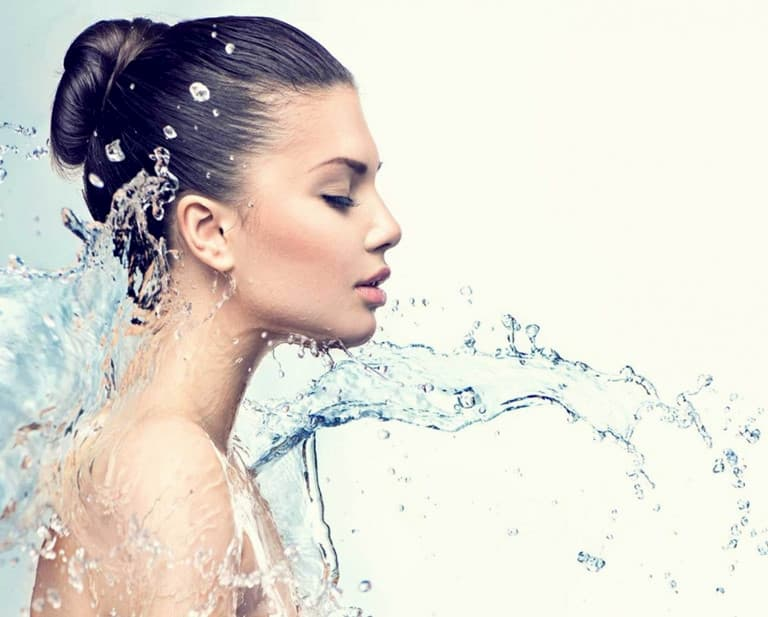 Cơ thể thiếu nước cũng gây hiện tượng da khô và ngứa