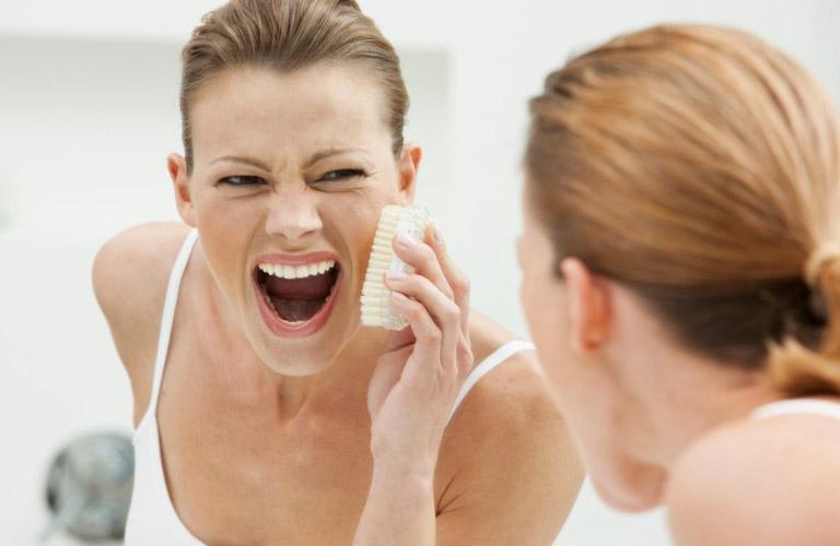 Nếu tình trạng ngứa da mặt khéo dài thì bạn nên đi thăm khám
