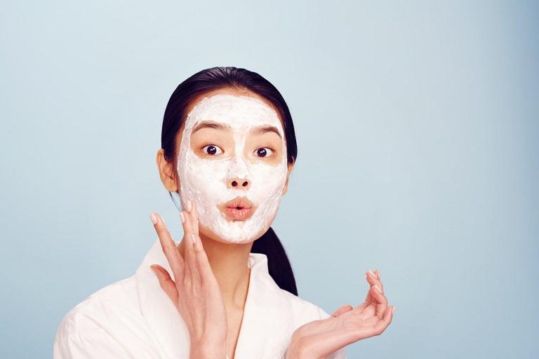 Đắp mặt nạ sữa chua cũng là cách chữa viêm da cơ địa ở mặt rất hiệu quả