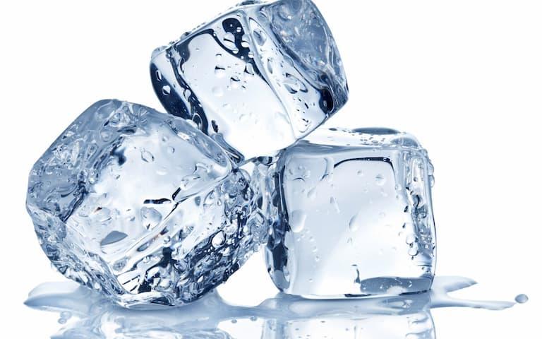 Dùng đá lạnh giảm ngứa tức thì