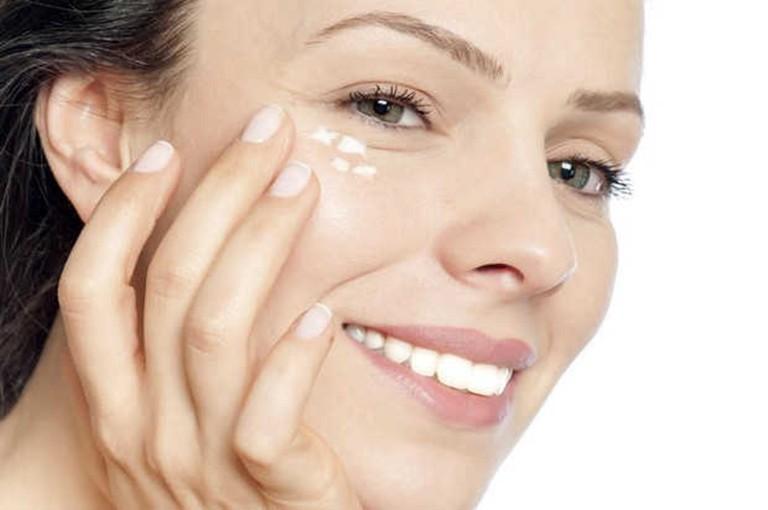 Dùng kem dưỡng ẩm mắt nhằm hạn chế tình trạng ngứa vùng da quanh mắt