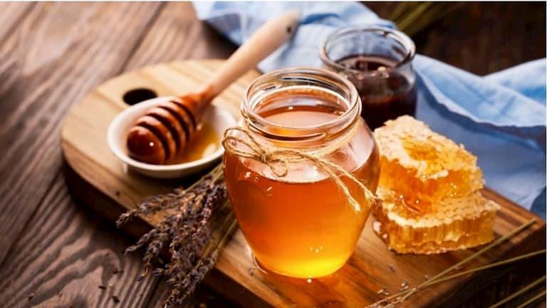 Dùng mật ong thoa trực tiếp lên vùng da bị ngứa