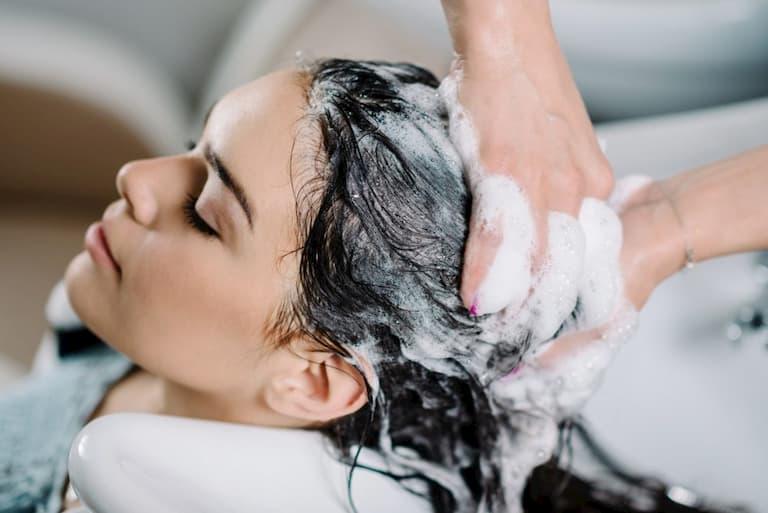 Gội đầu chưa sạch dễ gây ngứa