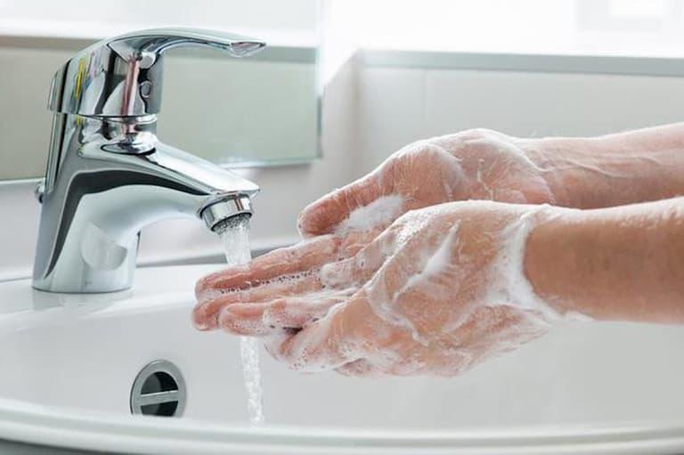Luôn giữ vệ sinh cơ thể sạch sẽ hạn chế bị ngứa