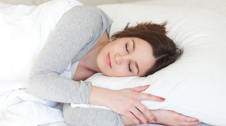 Ngủ đủ giấc có công dụng rất tốt trong hỗ trợ điều trị phục hồi da