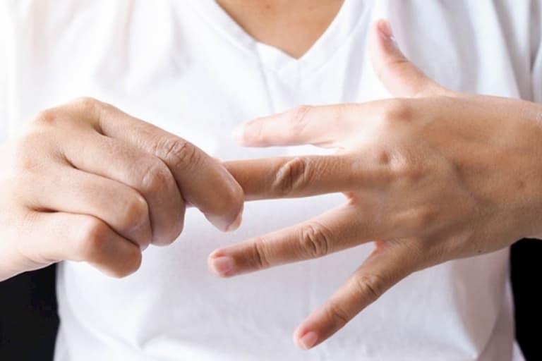 Nguyên nhân khiến đầu ngón tay bị ngứa nổi mụn