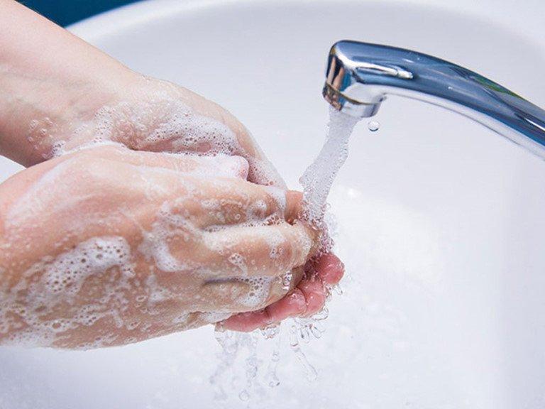 Rửa tay với xà phòng, hạn chế tiếp xúc với nguồn gây bệnh