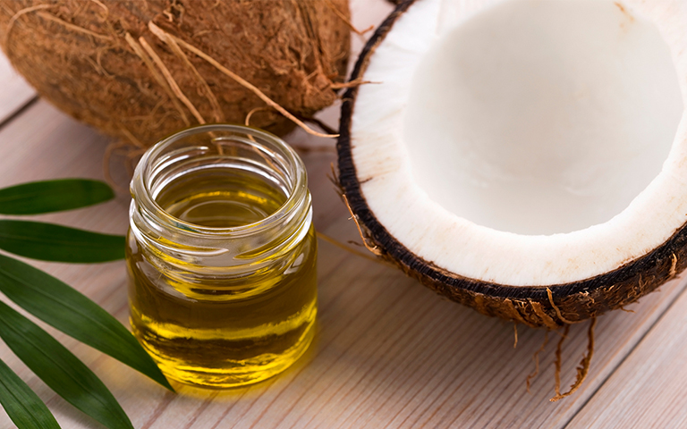 Sử dụng dầu dừa giúp giảm ngứa mặt hiệu quả