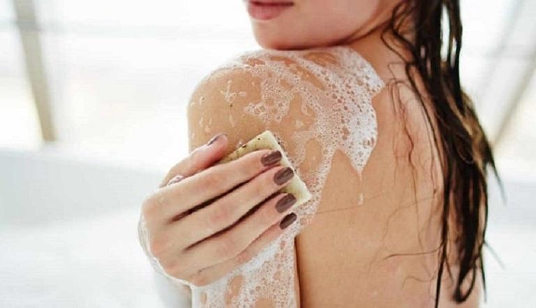 Sử dụng những loại sữa tắm phù hợp cũng là cách ngăn ngừa bệnh tái phát