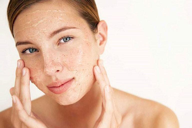 Tẩy da chết để ngăn ngừa mụn đầu đen