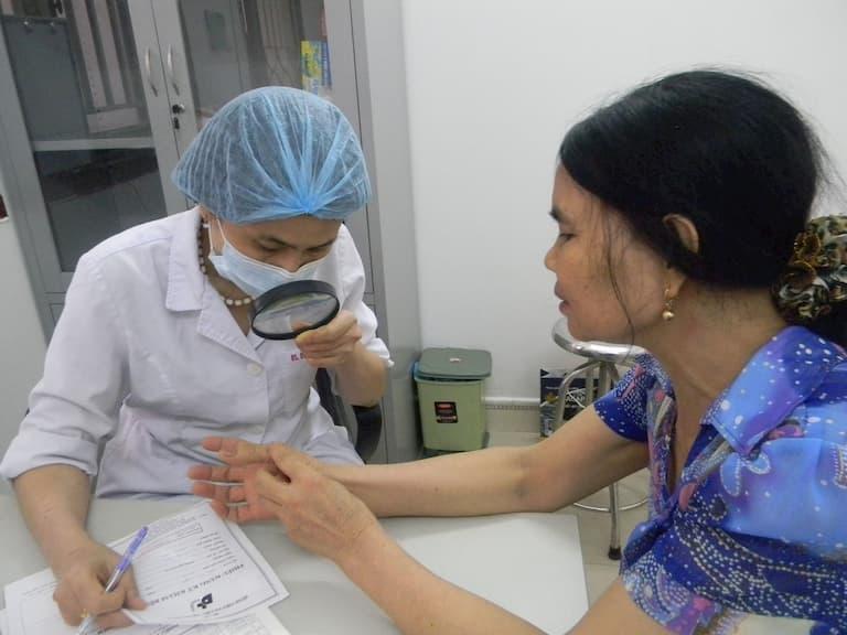 Thăm khám và làm các xét nghiệm tìm ra nguyên nhân và cách chữa trị bệnh
