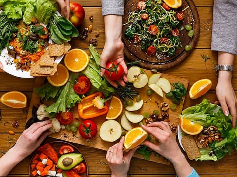 Thói quen ăn uống cũng là nguyên nhân gây ngứa và lột da tay