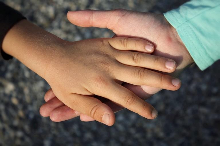 Tiếp xúc với người bị bệnh có thể làm tăng nguy cơ bị lây nhiễm