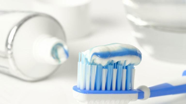 Loại bỏ mụn cám ở mũi với kem đánh răng và bàn chải