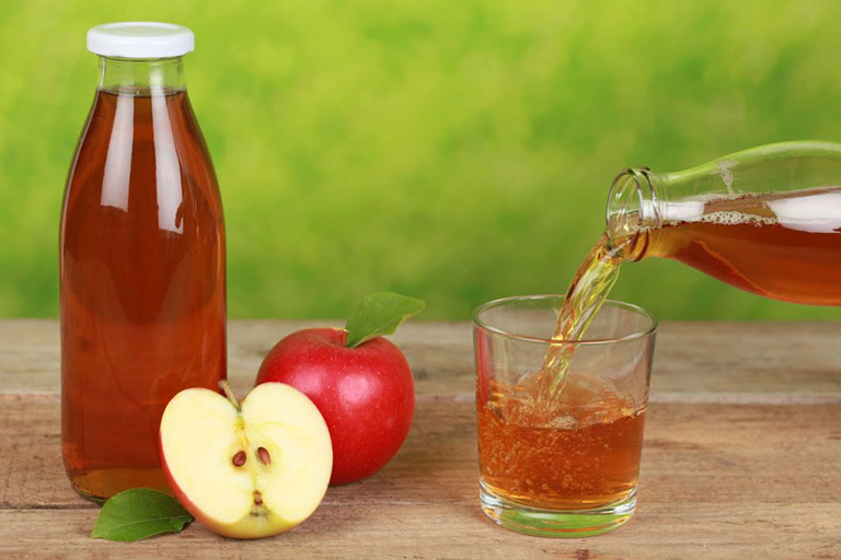 Sử dụng giấm táo để pha thành toner