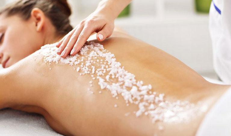 Muối tắm có tác dụng trị mụn ở lưng