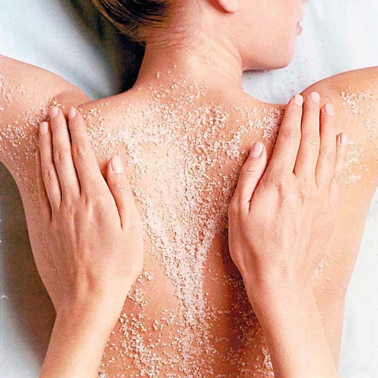 Hỗn hợp bột vỏ cam và muối rất hiệu quả trong trị mụn lưng