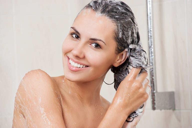 Vệ sinh sạch da đầu bằng những loại dầu gội thảo dược