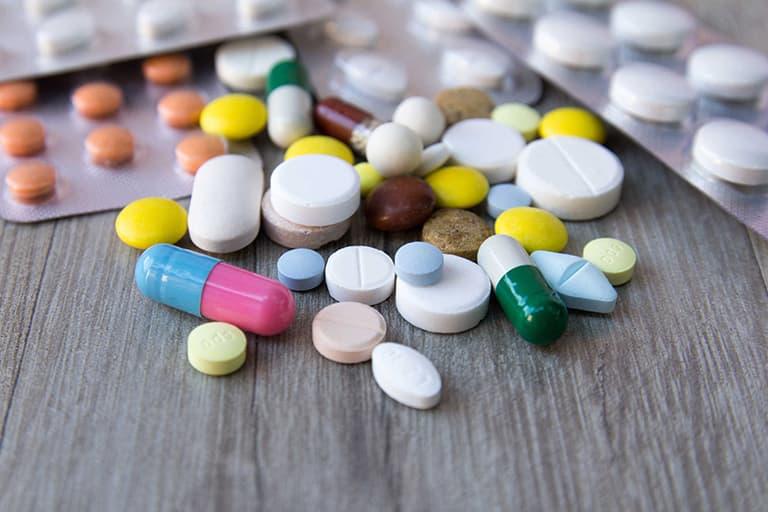 Dùng thuốc kháng sinh histamin theo chỉ dẫn của bác sĩ chuyên khoa