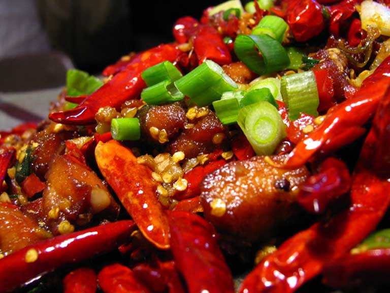 Không nên ăn các món ăn cay nóng vì dễ gây mẩn ngứa trên da