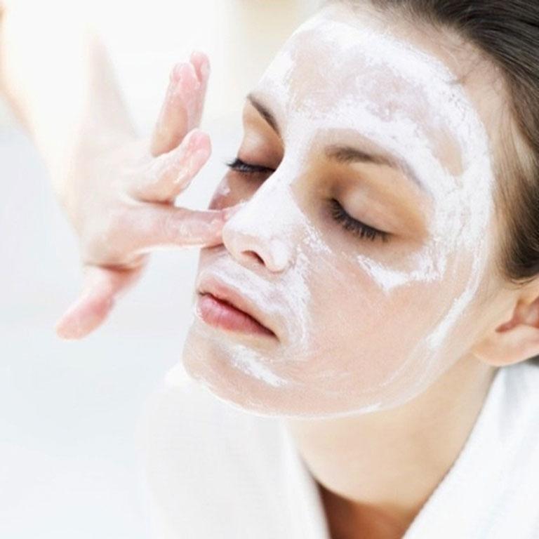 Nên làm sạch da mặt trước khi nặn mụn bọc