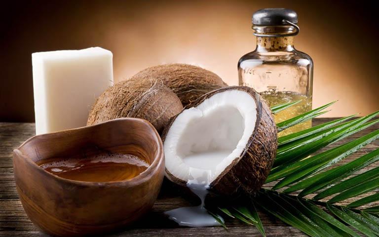Dùng dầu dừa nguyên chất trị á sừng ở tay