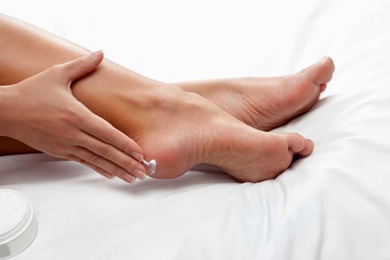 Dùng kem dưỡng ẩm cho gót chân mỗi ngày