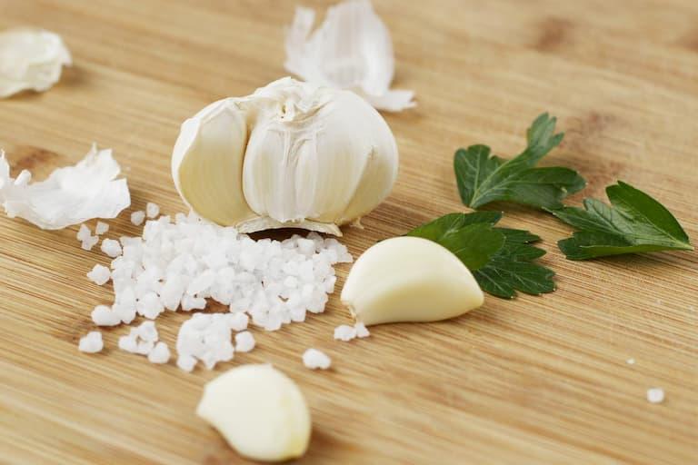 Kết hợp tỏi và muối trong chữa á sừng