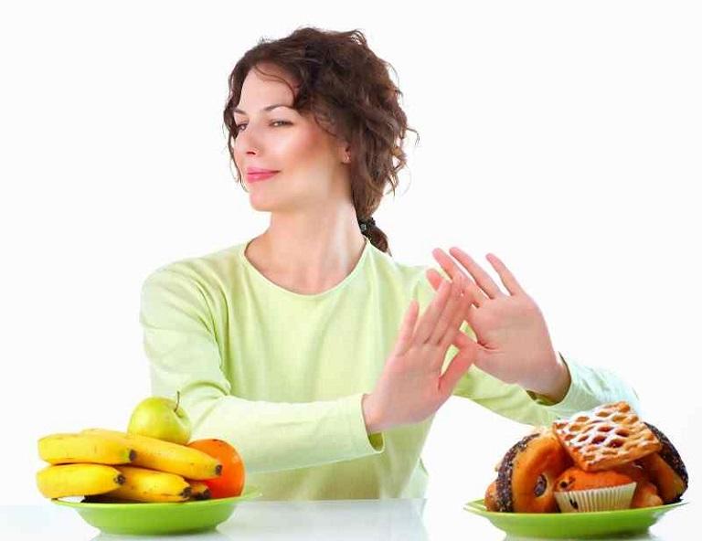 Kiêng những thực phẩm dễ gây dị ứng cũng là việc người bệnh nên thực hiện