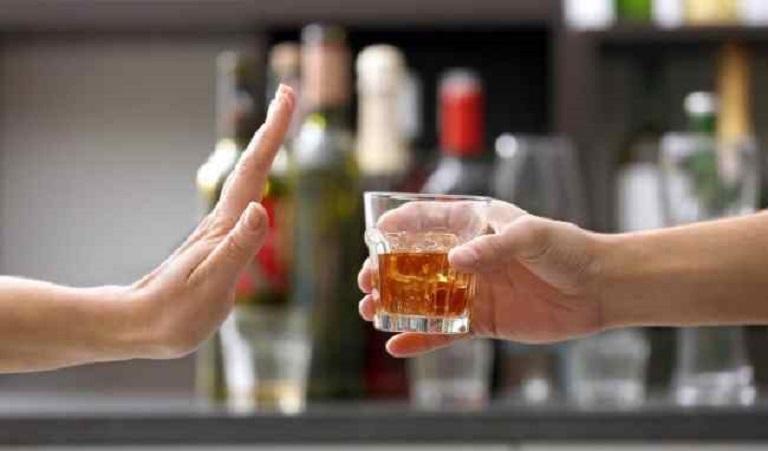 Sử dụng rượu bia và các chất kích thích có thể khiến các triệu chứng trở nên nghiêm trọng hơn