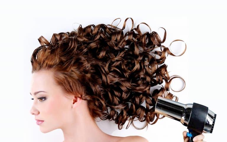 Thường xuyên thay đổi kiểu tóc cũng là nguyên nhân gây bệnh