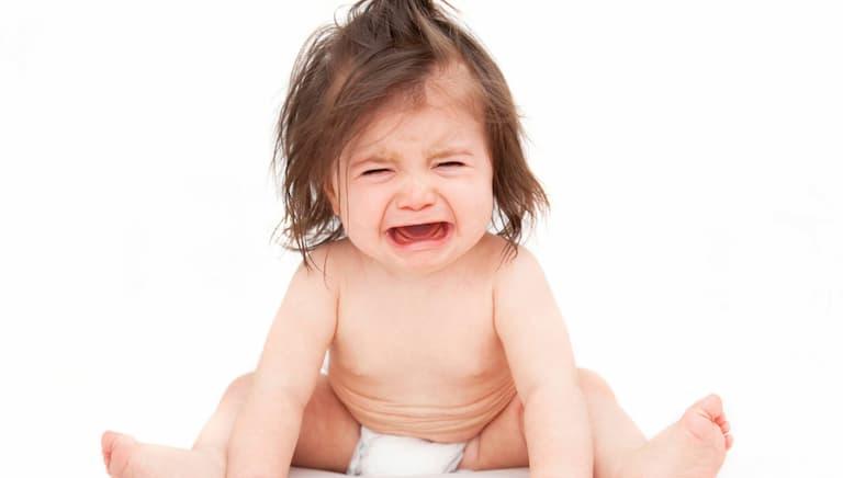 Trẻ bị ngứa dẫn đến sốt cao quấy khóc cần cho đi bác sĩ