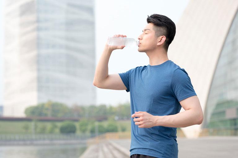 Bổ sung đủ nước mỗi ngày rất tốt cho người bị mụn trứng cá