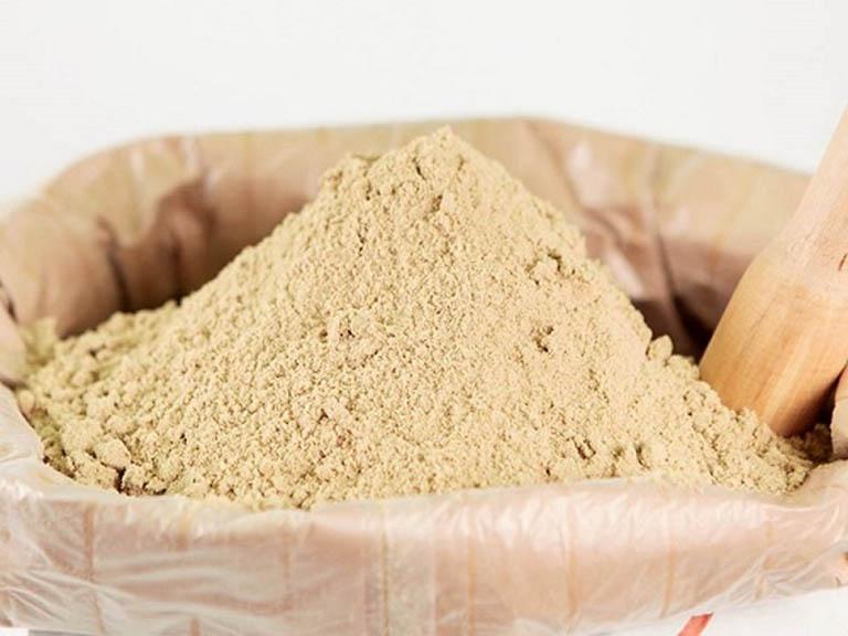 Bột đậu đỏ kết hợp cám gạo thành hỗn hợp trị mụn