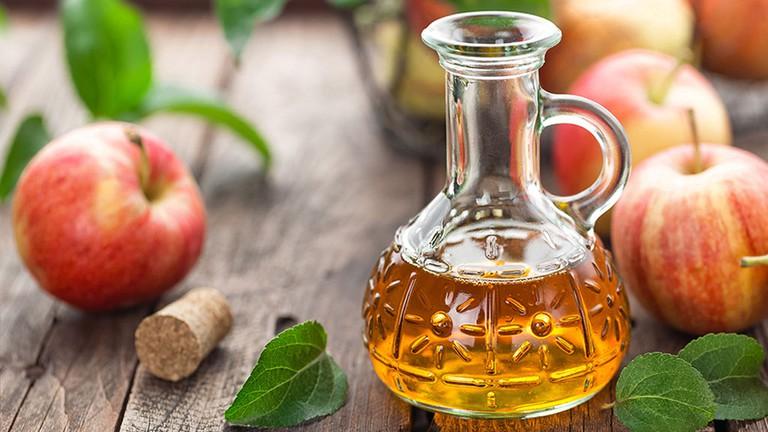 Giấm táo là nguyên liệu thiên nhiên cải thiện các triệu chứng vảy nến da đầu hiệu quả