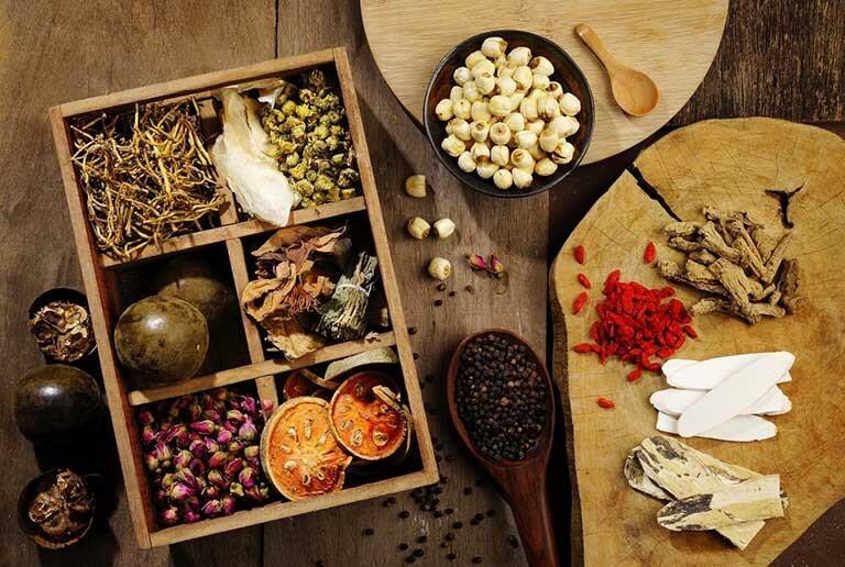 Nhiều người chọn các bài thuốc Đông y trị mụn bọc ở vành tai