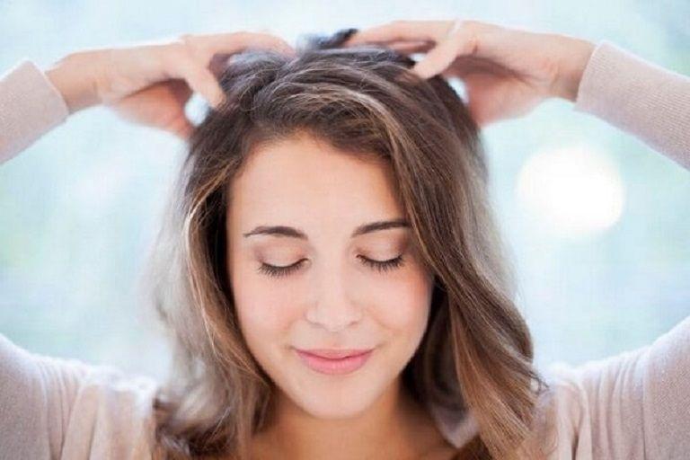 Nên massage da đầu nhẹ nhàng khi bị mụn trứng cá trên đầu