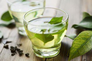 Lá trà xanh trị mụn trứng cá từ sâu bên trong