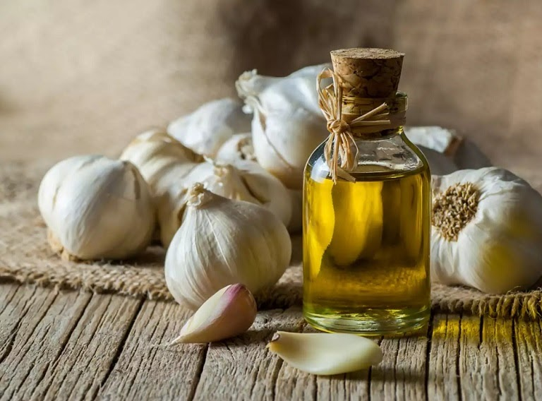 Tỏi và dầu ô liu có các vitamin và khoáng chất thiết yếu giúp nốt mụn bọc nhanh xẹp