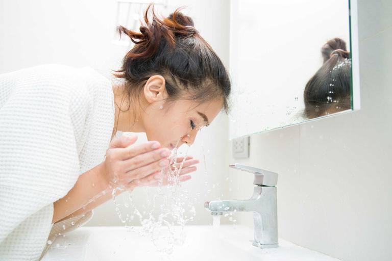 Cần vệ sinh da sạch sẽ trước khi áp dụng cách xông mặt thải độc Corticoid